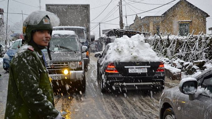 Tắc đường cục bộ ở Sa Pa vì dừng xe ngắm tuyết rơi 3