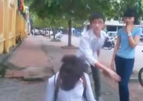 Xôn xao clip học sinh trung học bắt bạn nữ quỳ gối xin lỗi 2