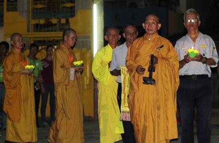 Hàng ngàn sĩ tử tới chùa nguyện cầu trước ngày thi 1