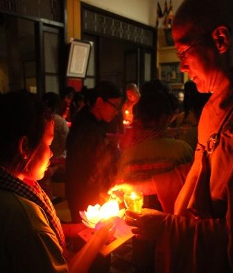 Hàng ngàn sĩ tử tới chùa nguyện cầu trước ngày thi 3