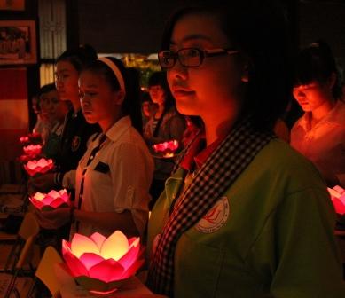 Hàng ngàn sĩ tử tới chùa nguyện cầu trước ngày thi 4