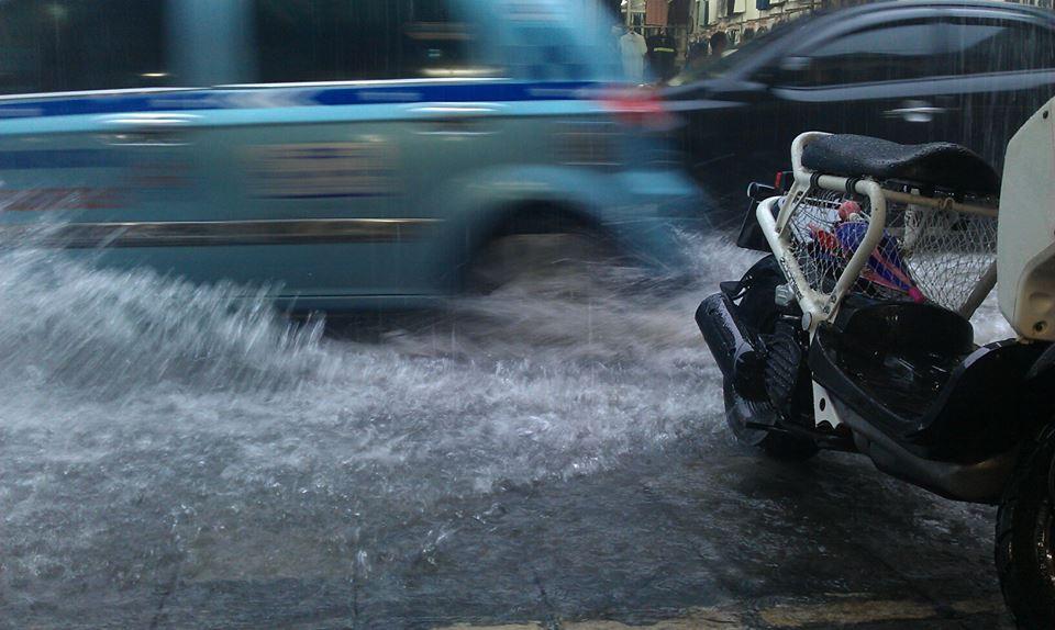 Phố cổ Hà Nội 'thành sông' sau mưa lớn 1
