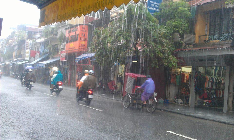 Phố cổ Hà Nội 'thành sông' sau mưa lớn 7