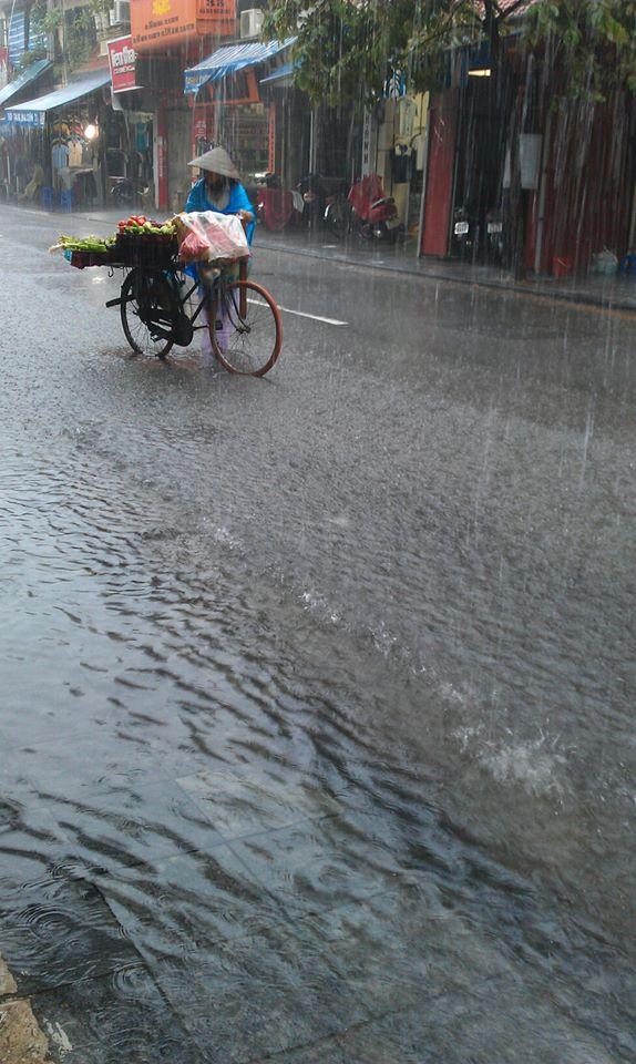 Phố cổ Hà Nội 'thành sông' sau mưa lớn 8