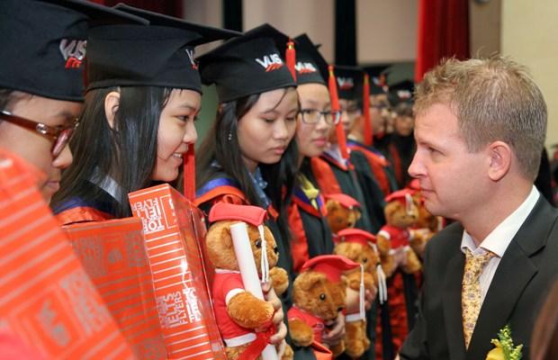 Anh Văn Hội Việt Mỹ trao chứng chỉ chứng chỉ Cambridge Flyers & KET cho 649 học viên 2
