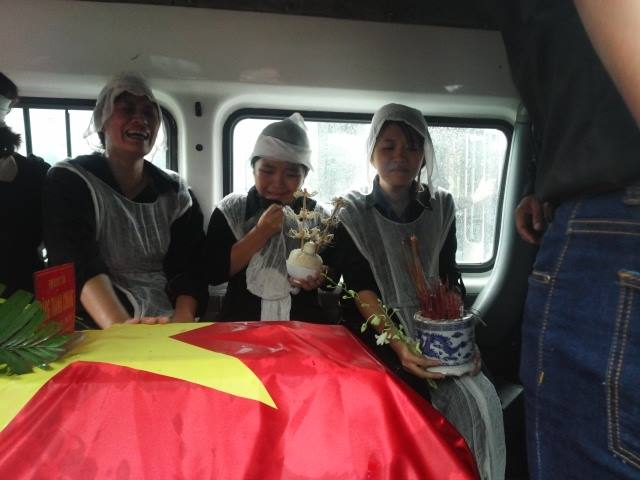 Ảnh người thân đưa các chiến sĩ về với đất Mẹ trong mưa 6