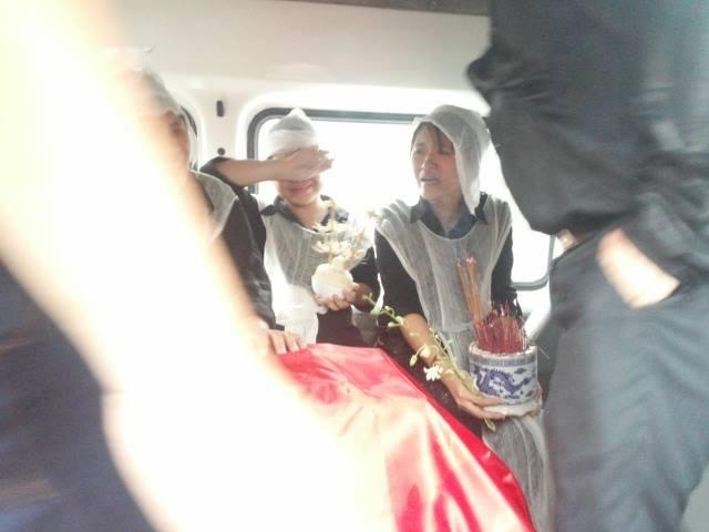 Ảnh người thân đưa các chiến sĩ về với đất Mẹ trong mưa 7