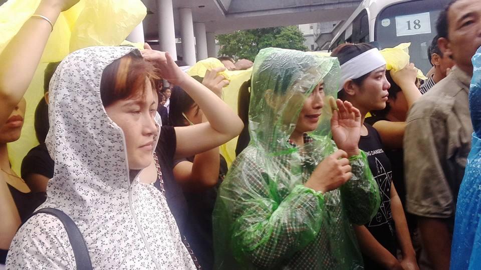 Ảnh người thân đưa các chiến sĩ về với đất Mẹ trong mưa 12