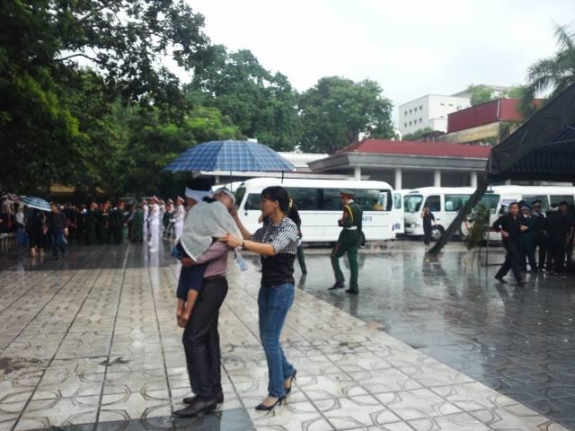 Ảnh người thân đưa các chiến sĩ về với đất Mẹ trong mưa 1