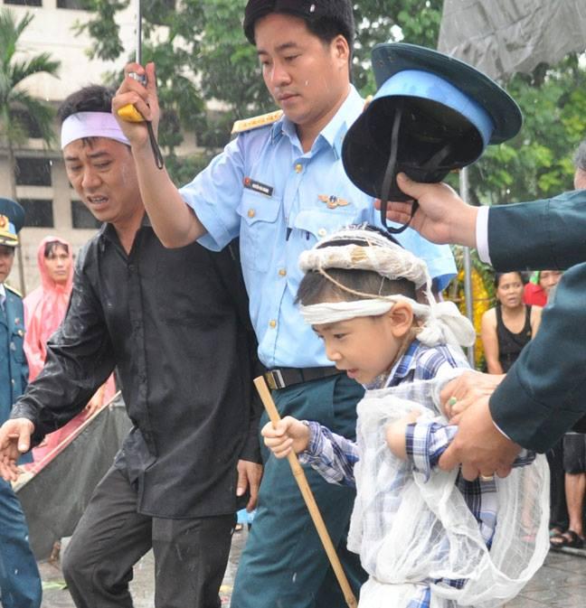 Ảnh người thân đưa các chiến sĩ về với đất Mẹ trong mưa 3