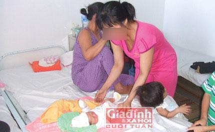 Cha mẹ gạt nước mắt nhìn con gái 12 tuổi sinh em bé  1