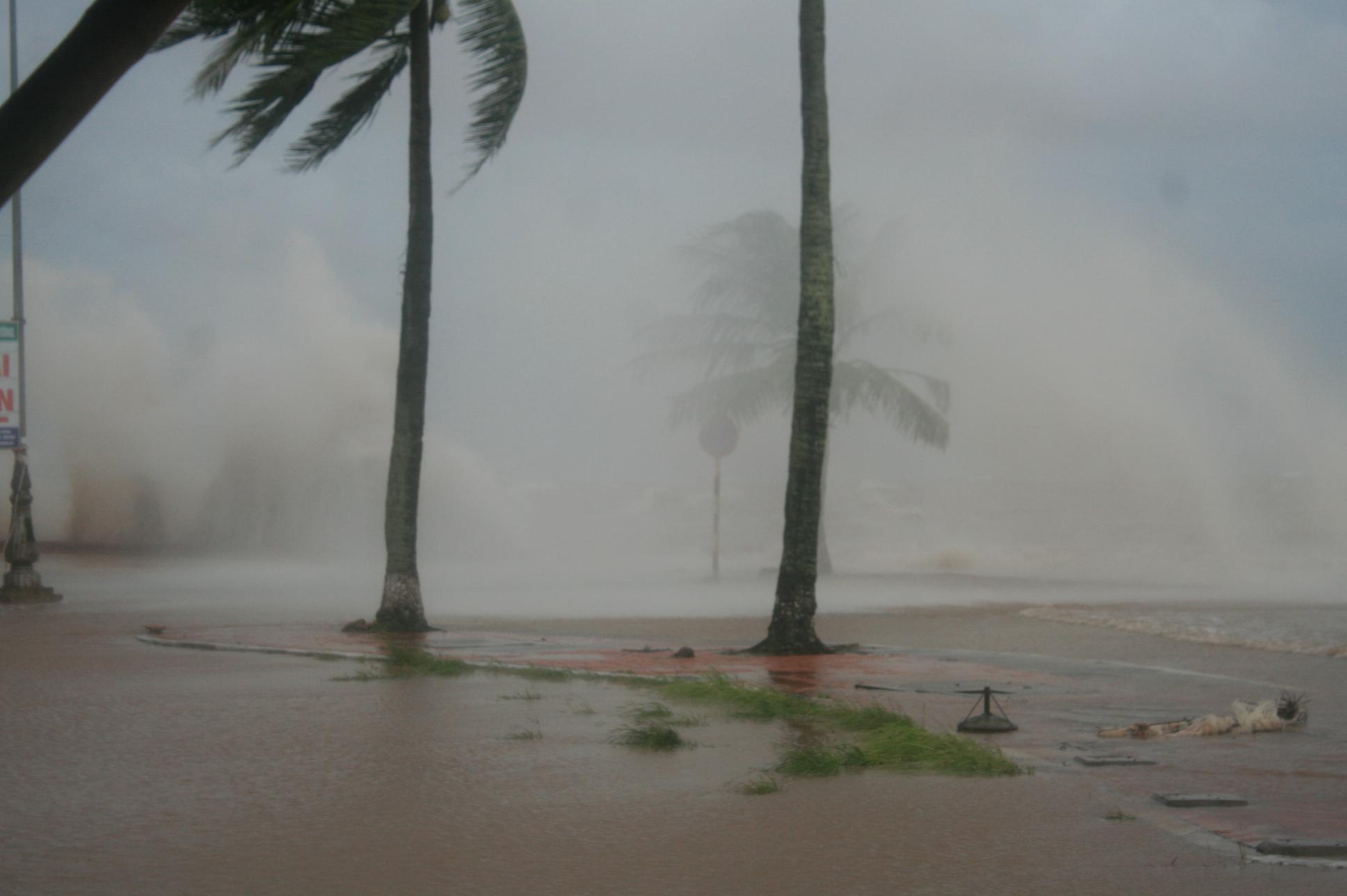 Háo hức xem bão số 6, một học sinh bị cuốn trôi xuống biển 1