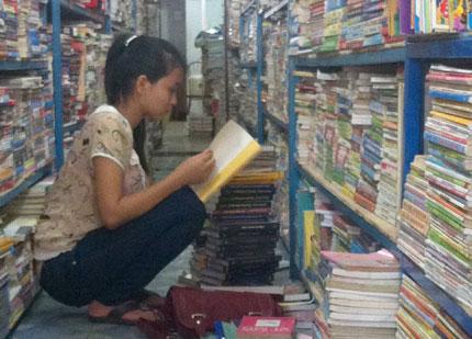 Sách cũ đắt khách, sách mới tăng giá 1