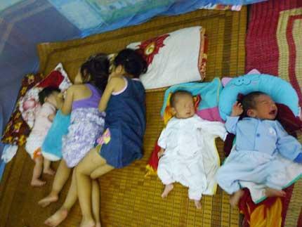 Nghẹn lòng 5 bé bị bỏ rơi khi còn cuống rốn nơi cổng chùa 3