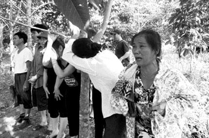 Vụ trôi xe, 5 người mất tích tại Nghĩa Đàn, Nghệ An: Tiếng khóc xé lòng giữa trời lũ 1