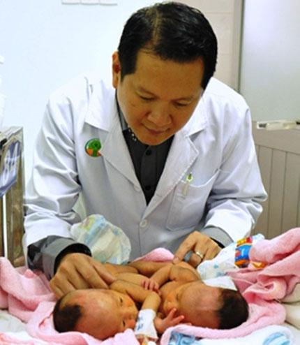 Ca phẫu thuật tách rời hai bé song sinh: 70 người như một 1