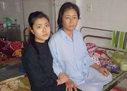 Bộ trưởng Bộ Y tế biểu dương kíp mổ phẫu thuật tại nhà bệnh nhân 1