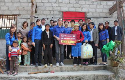 Sau trận mưa đá ở Hà Giang: Cán bộ ngân hàng sẻ chia khó khăn 1
