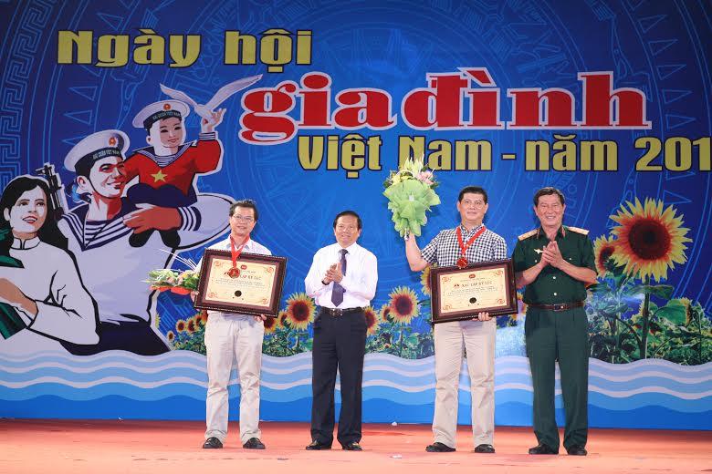Những bức ảnh đẹp của gia đình Việt hướng về biển đảo Tổ quốc 3