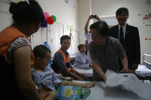 Phó chủ tịch nước Nguyễn Thị Doan thăm và tặng quà cho trẻ em tại BV Nhi TƯ, Viện Huyết học -Truyền máu TƯ 1