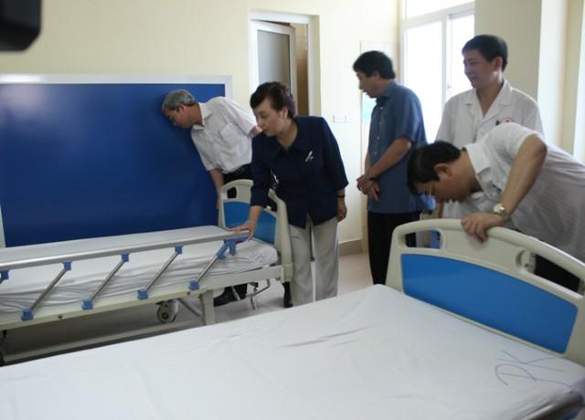Bộ trưởng Bộ Y tế kiểm tra công tác giảm tải tại 2 bệnh viện 2