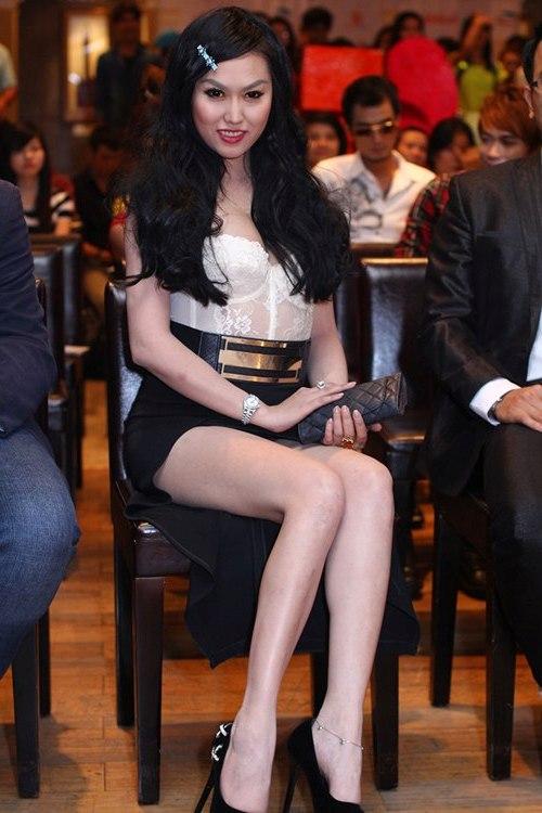 """Bà Tưng bị Phi Thanh Vân """"đánh bật"""" bởi nét quyến rũ sexy 3"""