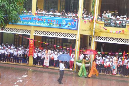 Trời mưa, khai giảng ở hành lang vẫn tưng bừng 3