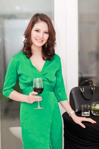 Chồng HH Trần Thị Quỳnh lần đầu đi tiệc với vợ 6