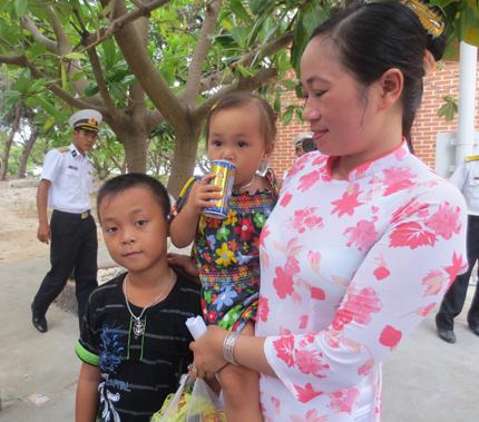 Đoàn công tác Tổng cục DS-KHHGĐ thăm, làm việc tại đảo Song Tử Tây- Trường Sa: Thắm tình quân dân 6