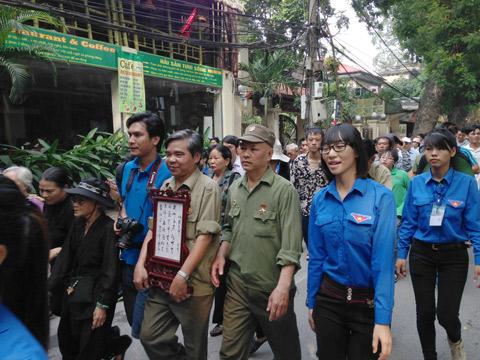 Đông đảo quân, dân Hà Nội xếp hàng chờ đến giờ viếng Đại tướng  1