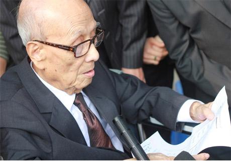 Xúc động hình ảnh GS Vũ Khiêu ngồi xe lăn đến viếng Đại tướng 3