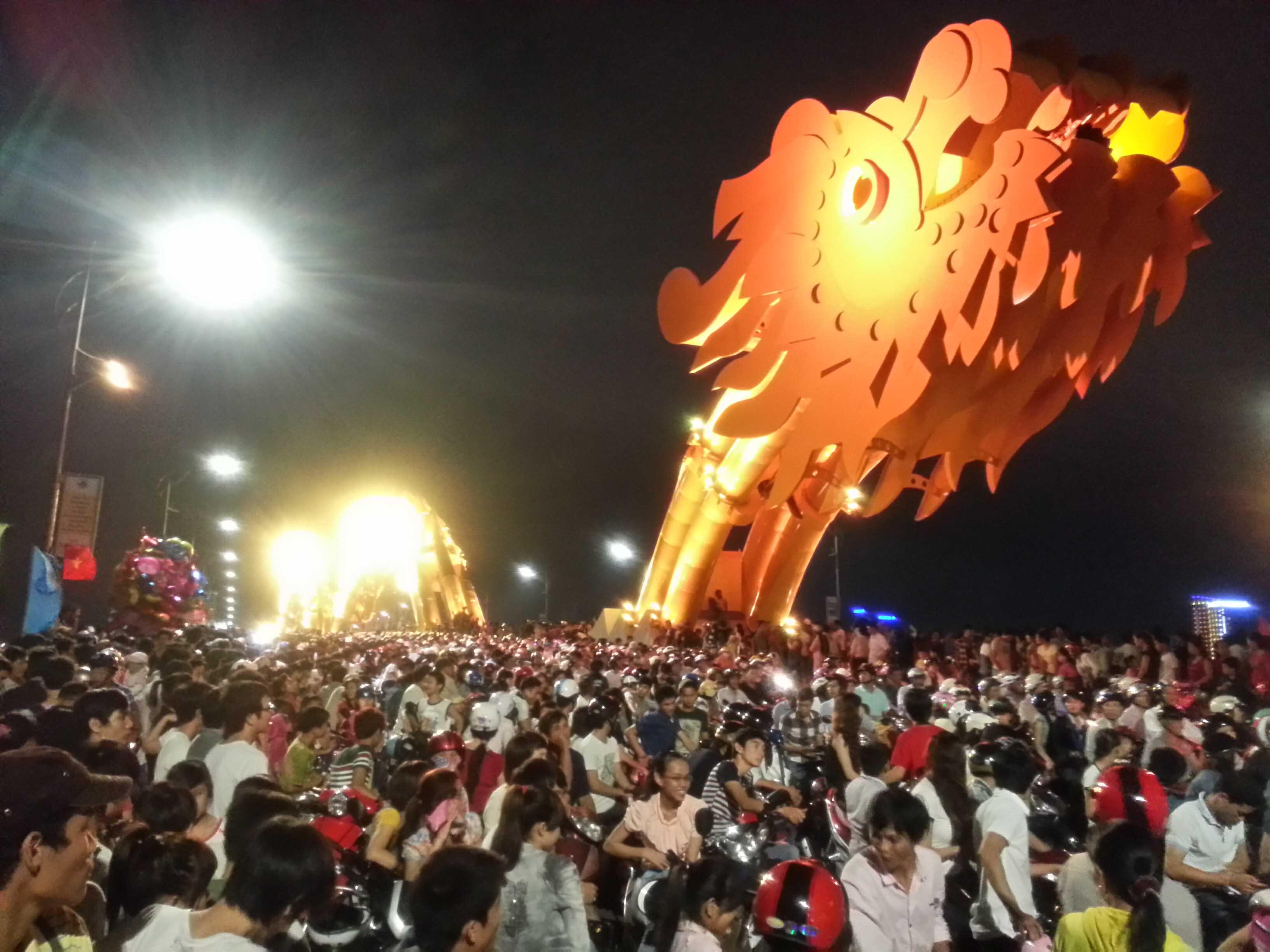 """Đà Nẵng: Hàng nghìn người kẹt cứng trên """"con Rồng thép"""" 4"""