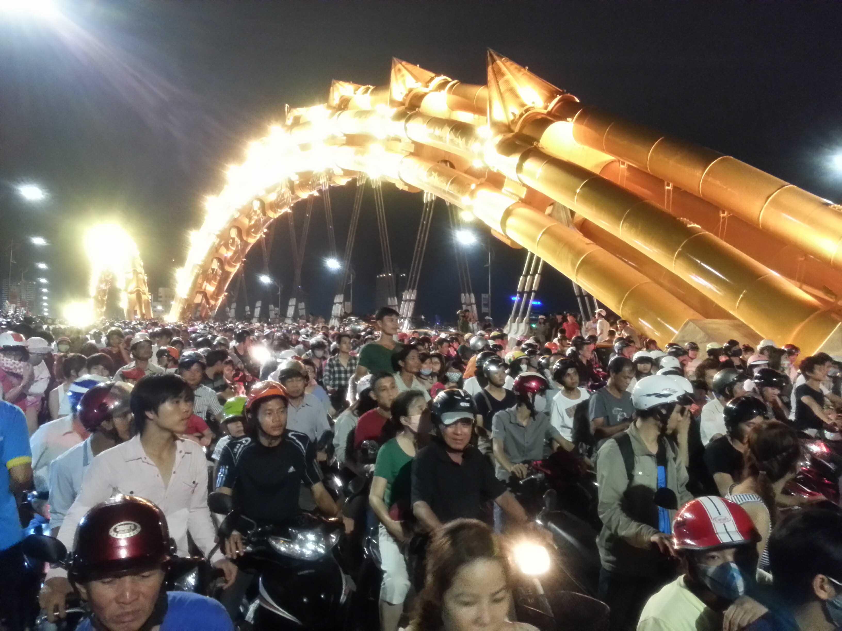 """Đà Nẵng: Hàng nghìn người kẹt cứng trên """"con Rồng thép"""" 2"""