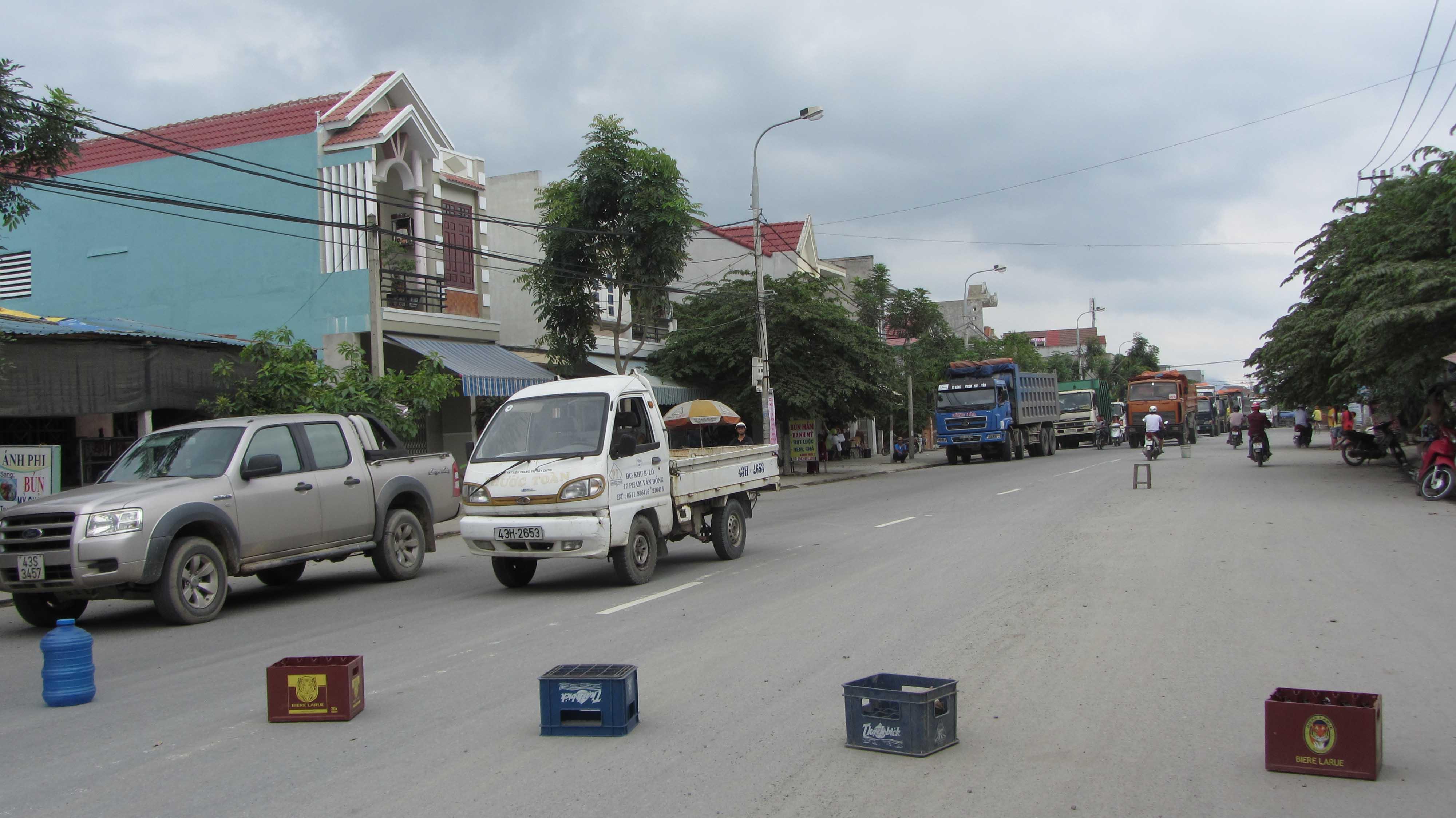 Người dân chặn hàng trăm xe gây ô nhiễm 1