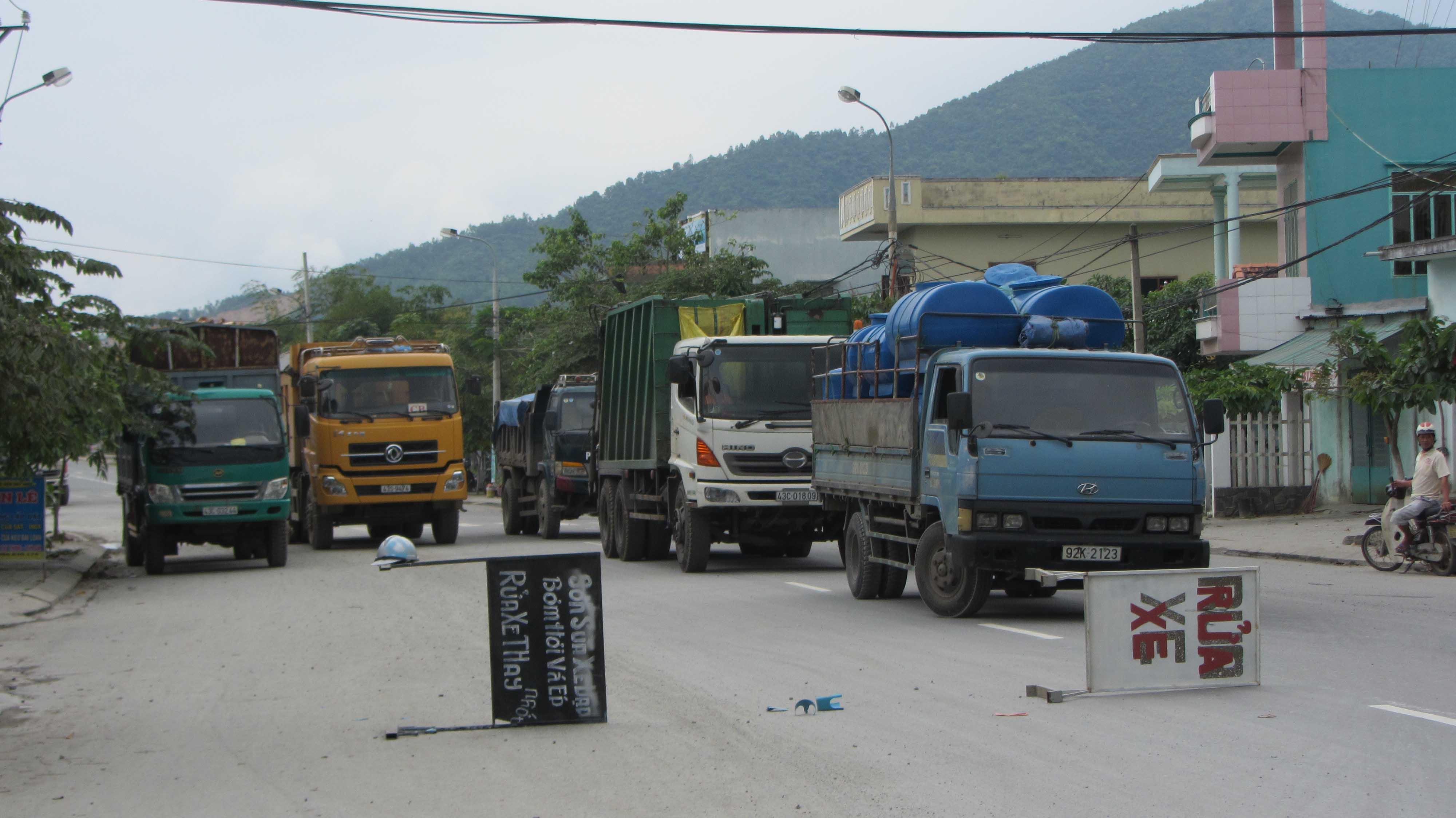 Người dân chặn hàng trăm xe gây ô nhiễm 2