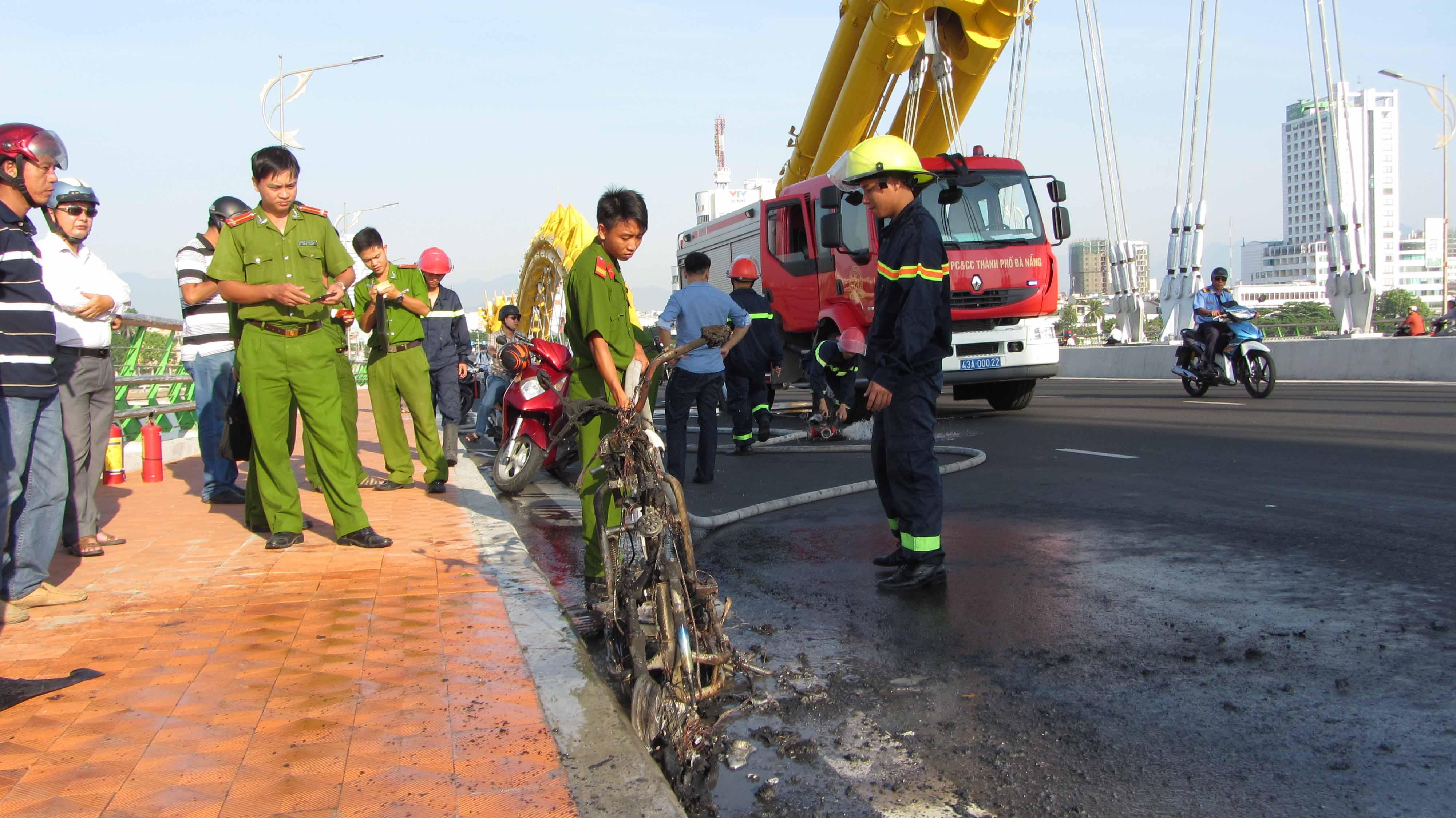 Xe máy điện bốc cháy dữ dội trên cầu Rồng 1