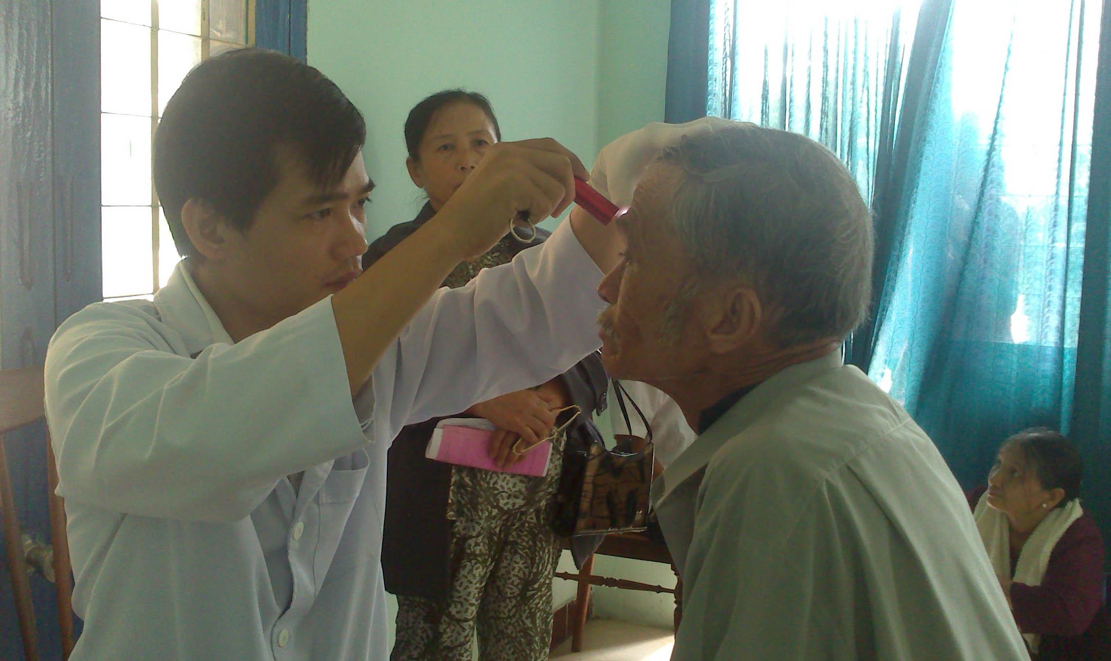 Khám bệnh tim và mắt cho hơn 1.200 người ở Kon Tum 1