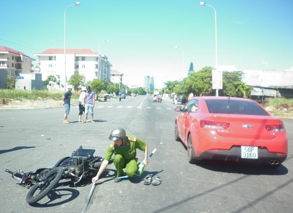 Ô tô và xe máy chạy tốc độ nhanh lao vào nhau  1