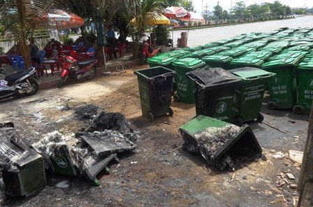 Hàng chục thùng rác bỗng dưng phát hỏa 1