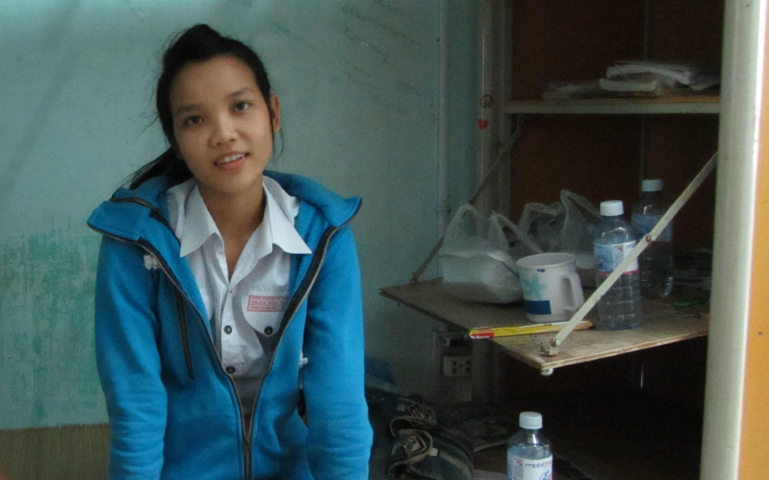 Cô gái có gương mặt xinh xắn bị nhiễm chất độc da cam được cha cõng tới trường thi 3