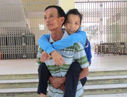 Cô gái có gương mặt xinh xắn bị nhiễm chất độc da cam được cha cõng tới trường thi 1