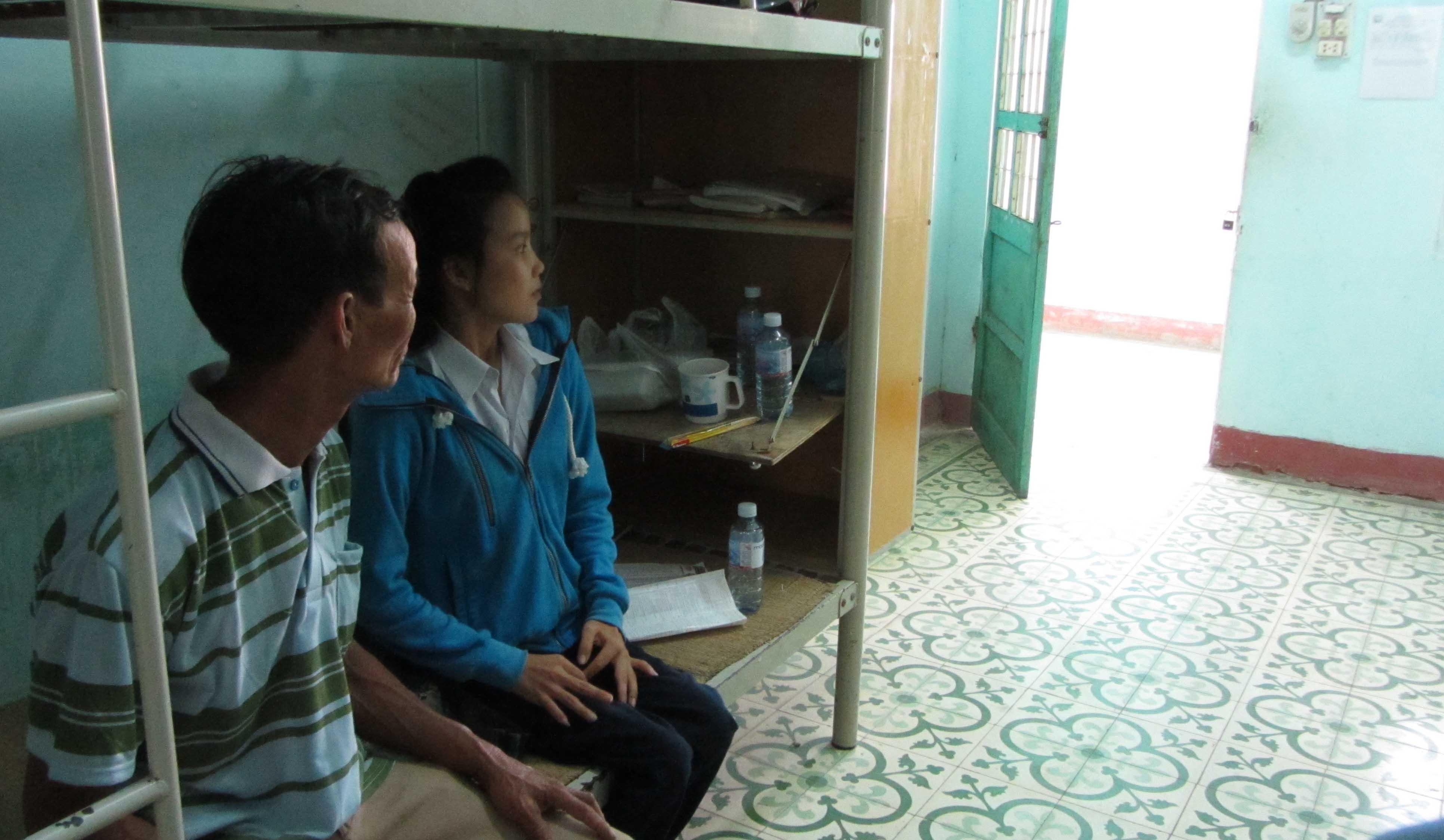 Cô gái có gương mặt xinh xắn bị nhiễm chất độc da cam được cha cõng tới trường thi 4