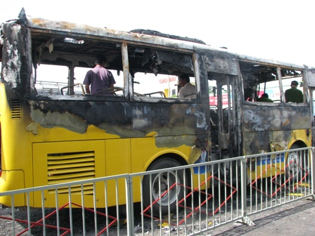 Xe buýt bốc cháy trong bến xe 1