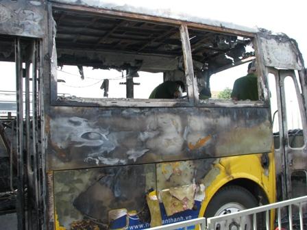 Xe buýt bốc cháy trong bến xe 2