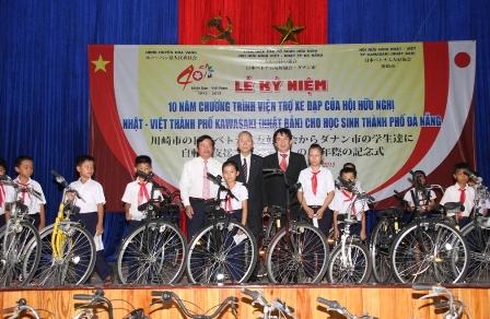 Tặng 200 xe đạp cho học sinh nghèo vượt khó 1