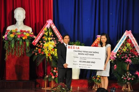 Trao học bổng cho sinh viên ĐH Đà Nẵng  trong ngày khai giảng  1