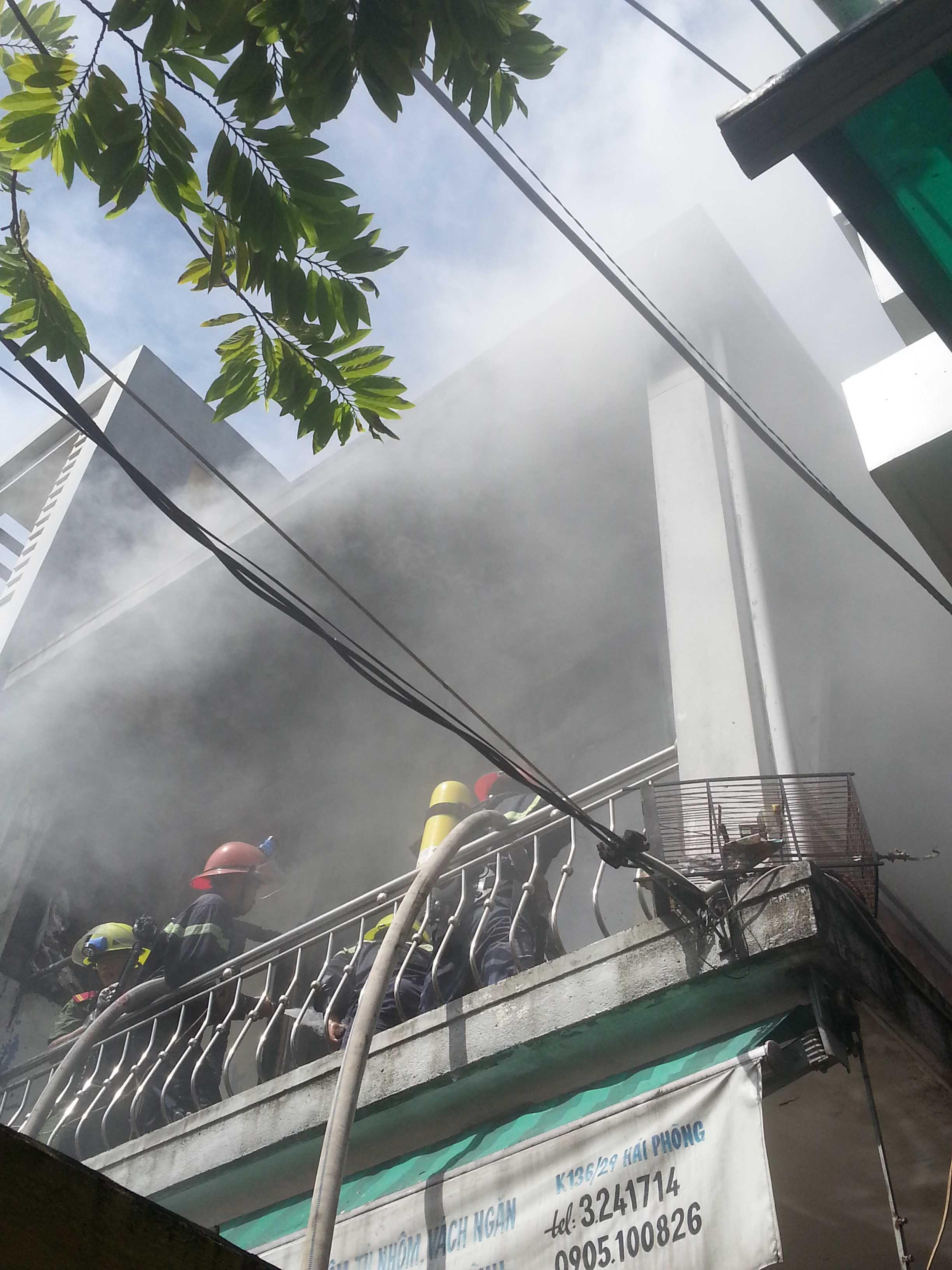 Tháo chạy khi phát hiện nhà cháy lớn ở tầng hai 1