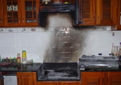 Bật bếp gas nấu ăn bất ngờ lửa bốc cháy dữ dội 1