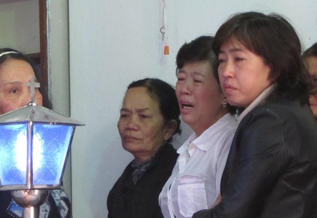 Mẹ thiếu nữ bị thiêu sống khóc ngất khi nhìn di ảnh của con 3