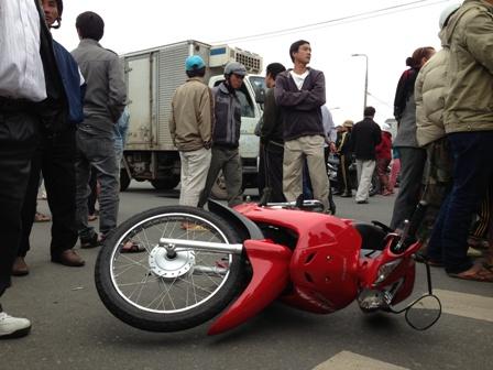 Đau lòng xe tải đông lạnh húc chết người vợ, chồng và con bị thương nặng 1